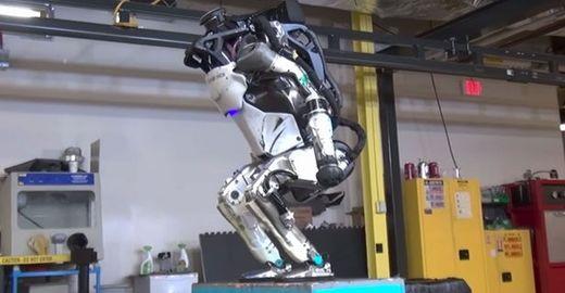 Robô capaz de dar mortais