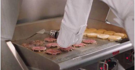 É real! Robô cozinheiro ganha emprego